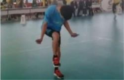 男孩跳绳1秒超7次 侧面看如同踩了电动马达  