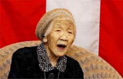 世界最长寿老人117岁 每天最爱下棋练习书法